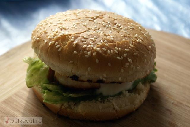 цыпбургер сэндвич соус тобаско сендвич рецепт полезный рецепт полезная еда острые блюда курица журнал бургер булочки для бургеров Mens health  — 147. Полезный бургер (рецепт журнала Mens health)