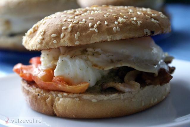 яйцо пашот яйцебургер яйца пашот яйбургер рецепт полезный рецепт полезная еда завтрак бургер с яйцами пашот бургер булочки для бургеров Mens health  — 152. Бургер с яйцами пашот (рецепт журнала Men's health)